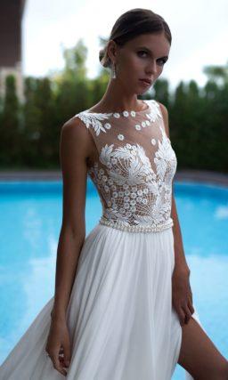 Прямое свадебное платье с полупрозрачным верхом, декорированным аппликациями.