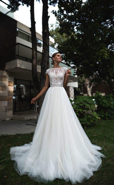 Деликатное свадебное платье с закрытым кружевным лифом и воздушным низом.