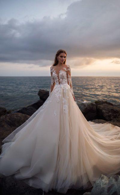 Роскошное свадебное платье персикового оттенка с белым кружевным декором.