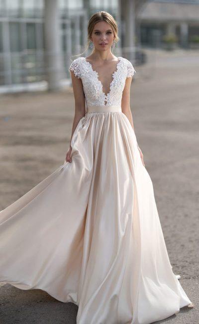 Свадебное платье с кружевным лифом и пудровой юбкой из атласной ткани.