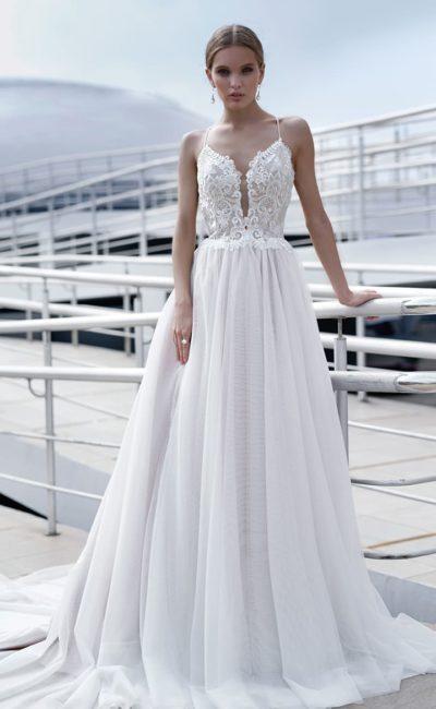 Соблазнительное свадебное платье с многослойной юбкой и кружевным верхом.