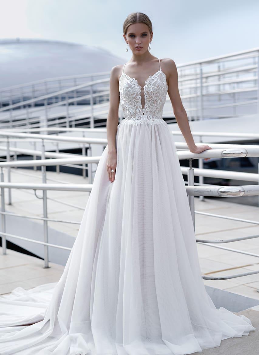 f800ca4f7b4b78f Соблазнительное свадебное платье с многослойной юбкой и кружевным верхом.