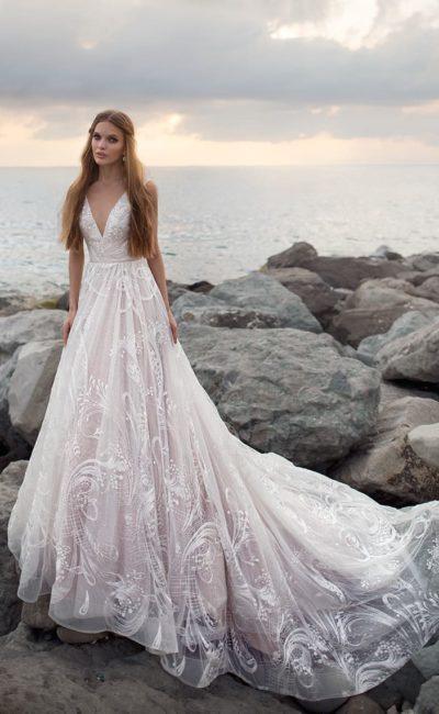 Элегантное свадебное платье с кружевным декором и V-образным декольте.