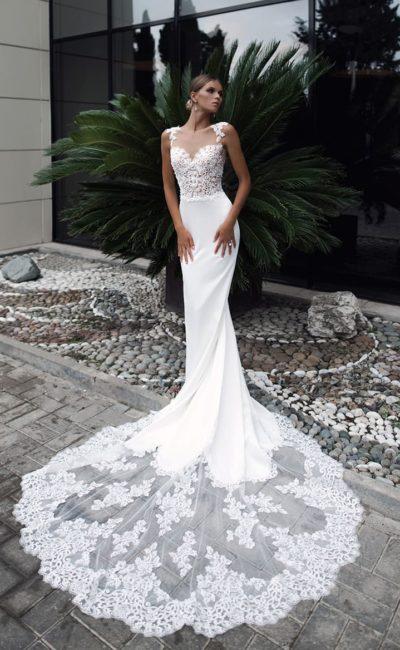 Сногсшибательное свадебное платье «русалка» с длинным полупрозрачным шлейфом.