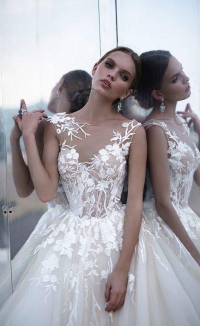 Шикарное свадебное платье с пышной юбкой и нежной отделкой аппликациями.
