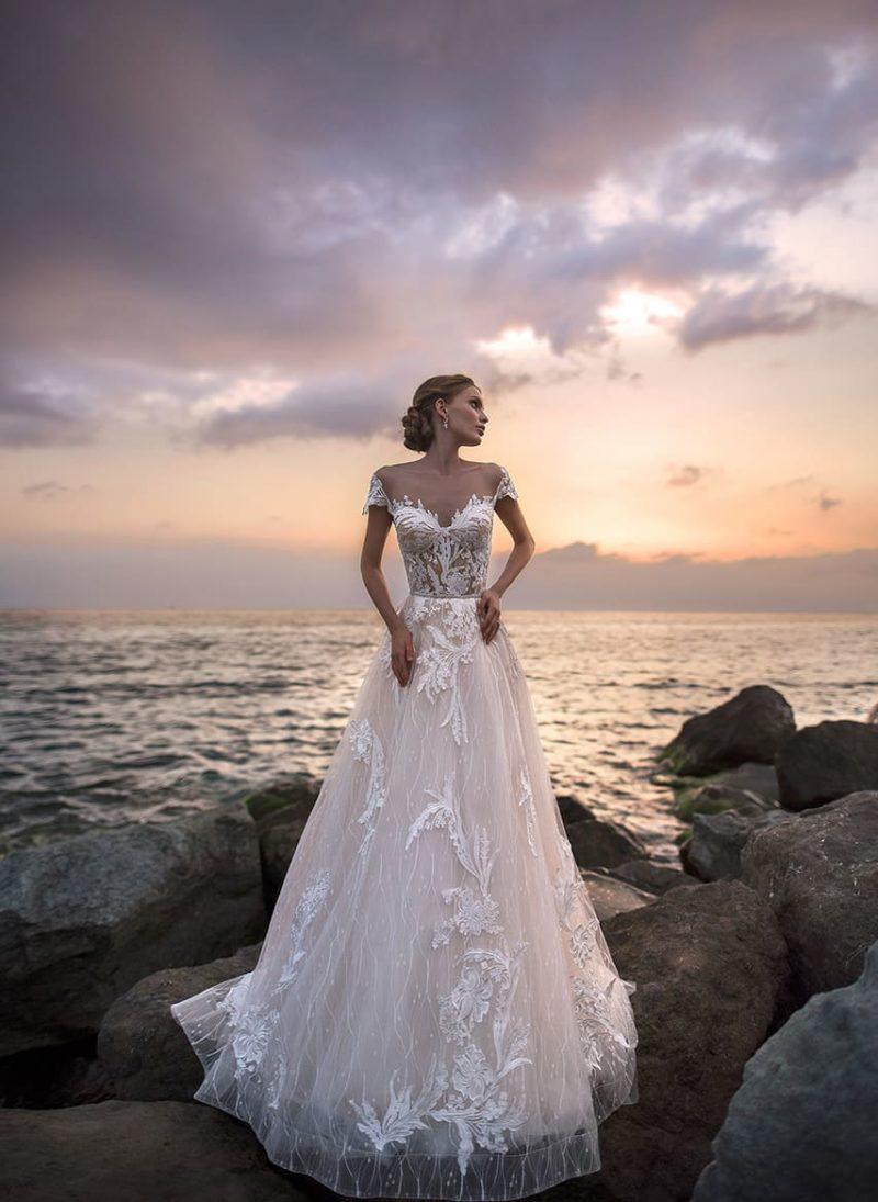 Очаровательное свадебное платье пышного силуэта с кружевным декором верха.