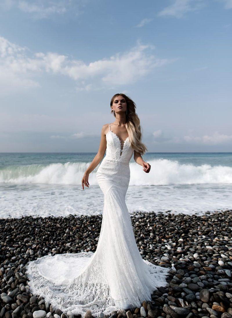 Облегающее свадебное платье с кружевным декором и открытой спинкой.