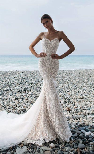 Облегающее свадебное платье на бежевой подкладке, дополненное шлейфом.
