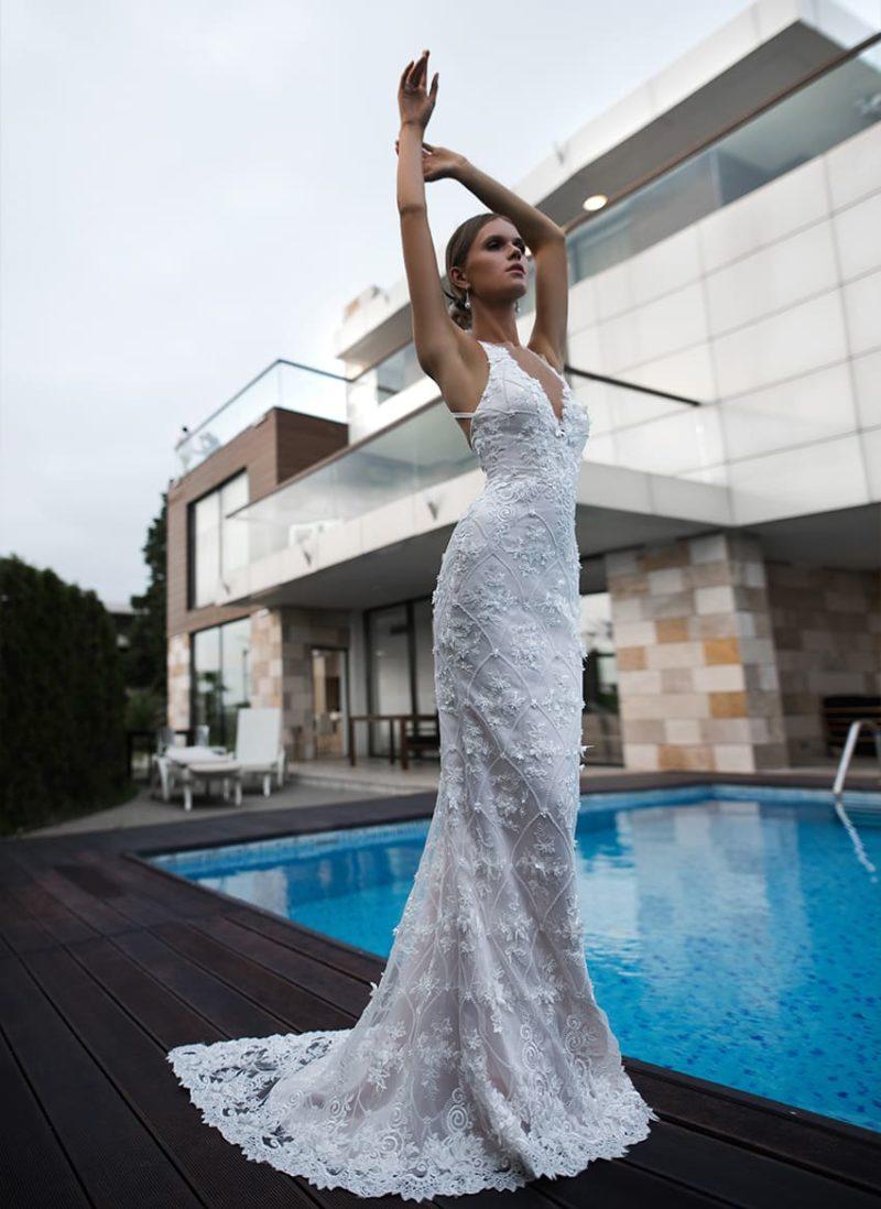 Прямое свадебное платье на пудровой подкладке, с открытым верхом.