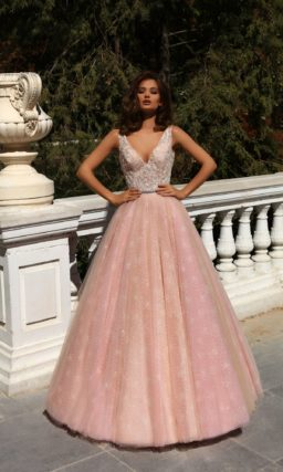 Розовое свадебное платье с пышной юбкой и глубоким декольте.