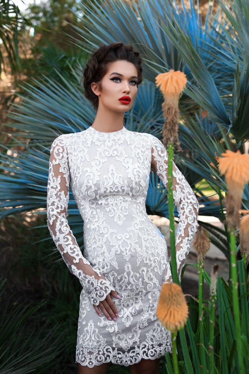 Короткое свадебное платье с длинным полупрозрачным рукавом из кружева.
