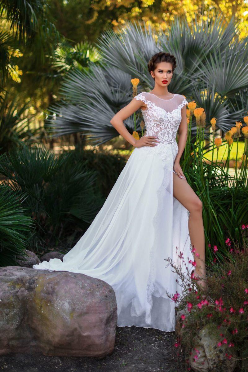 Прямое свадебное платье с кружевным декором и стильным разрезом.