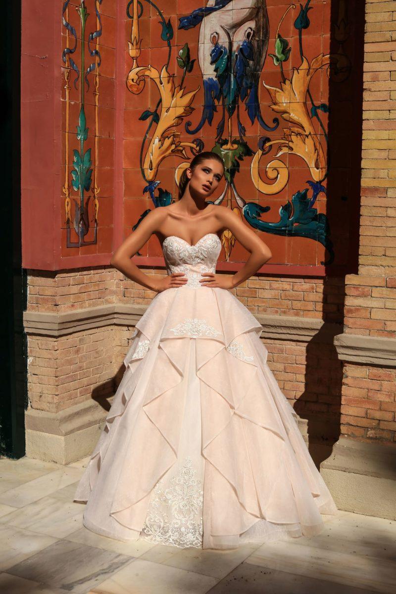 Свадебное платье персикового цвета с открытым лифом и пышной юбкой.