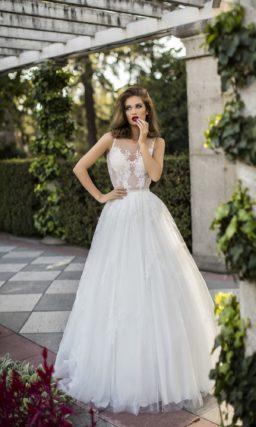 Пышное свадебное платье с чувственным полупрозрачным верхом с кружевом.