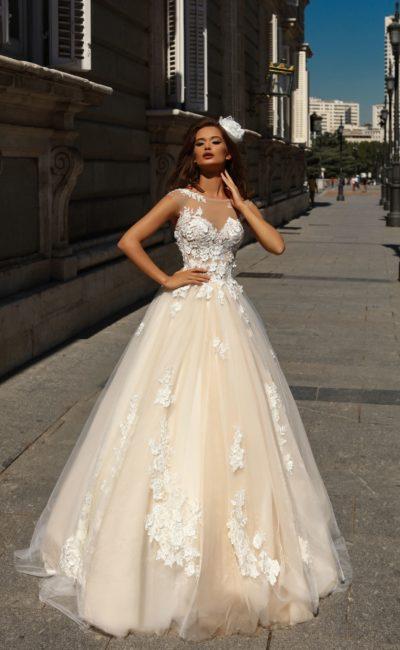 Персиковое свадебное платье пышного кроя с белой отделкой по корсету.