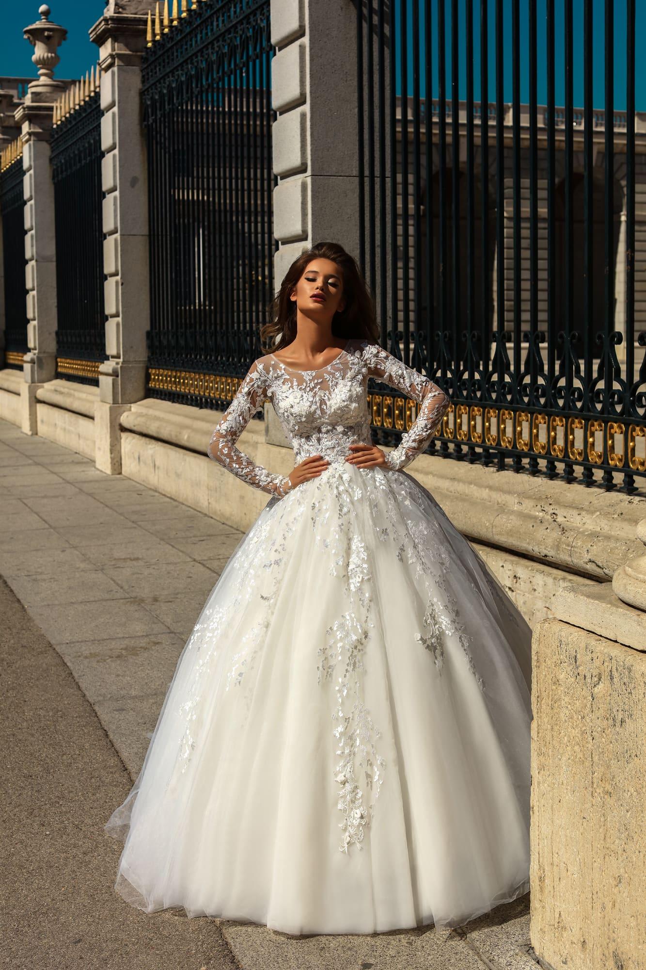 201926daefb Пышное свадебное платье с длинным полупрозрачным рукавом и кружевным декором .
