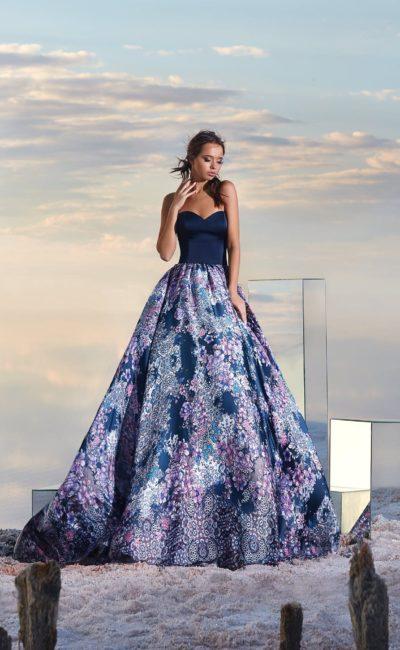 Открытое вечернее платье с лифом «сердечком» и юбкой с рисунком.