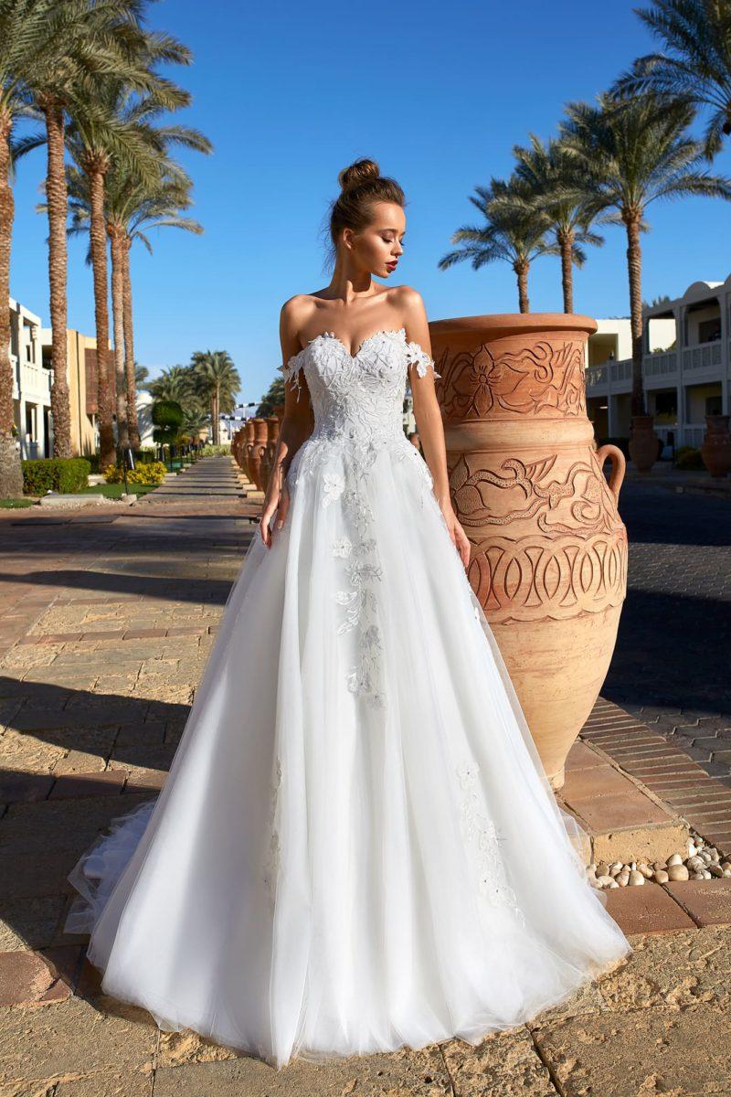 Воздушное свадебное платье с открытым верхом и бретелями.