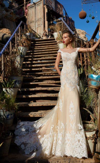 Свадебное платье силуэта «русалка» с нежной кружевной отделкой.