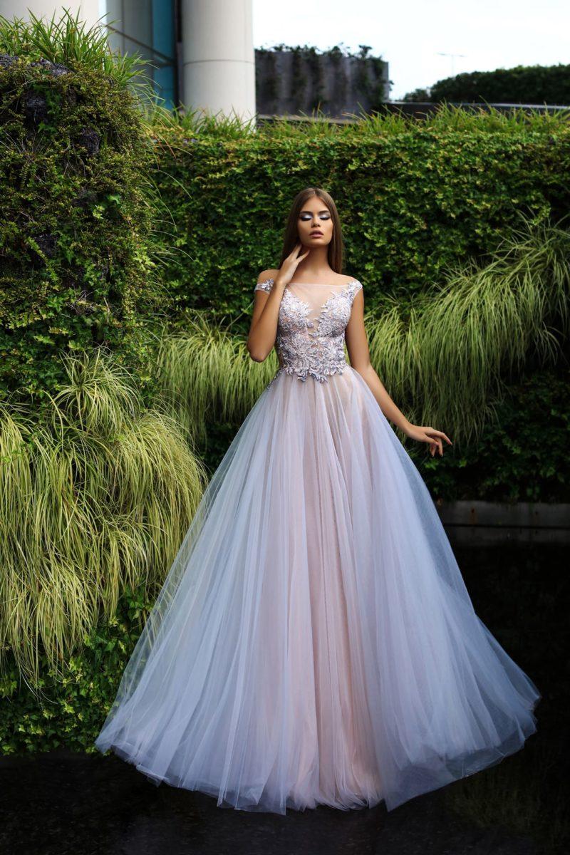 Вечернее платье с фактурной отделкой открытого верха и многослойным низом.