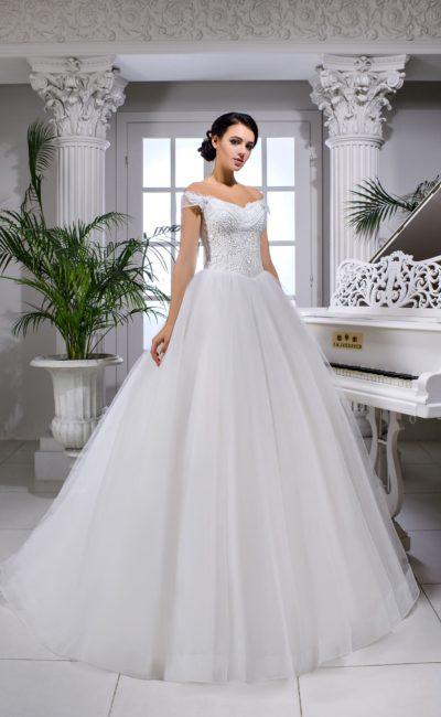 Воздушное свадебное платье с прозрачными бретелями и корсетной шнуровкой.