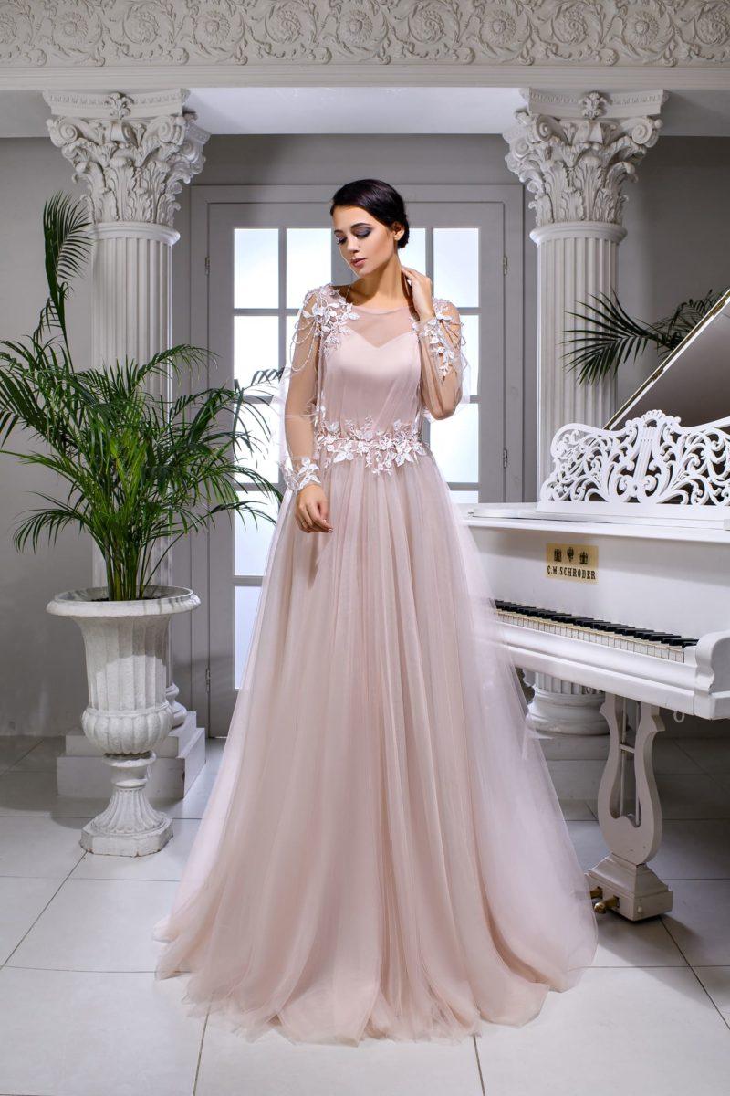 Розовое свадебное платье с длинным рукавом и белыми аппликациями.