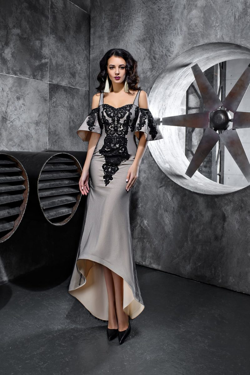 Серое вечернее платье с отделкой черным кружевом и рукавами-воланами.