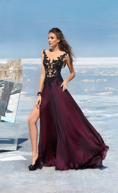 Вечернее платье прямого кроя с выразительной отделкой верха.