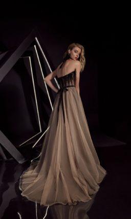 Вечернее платье с классическим открытым корсетом и многослойным низом.