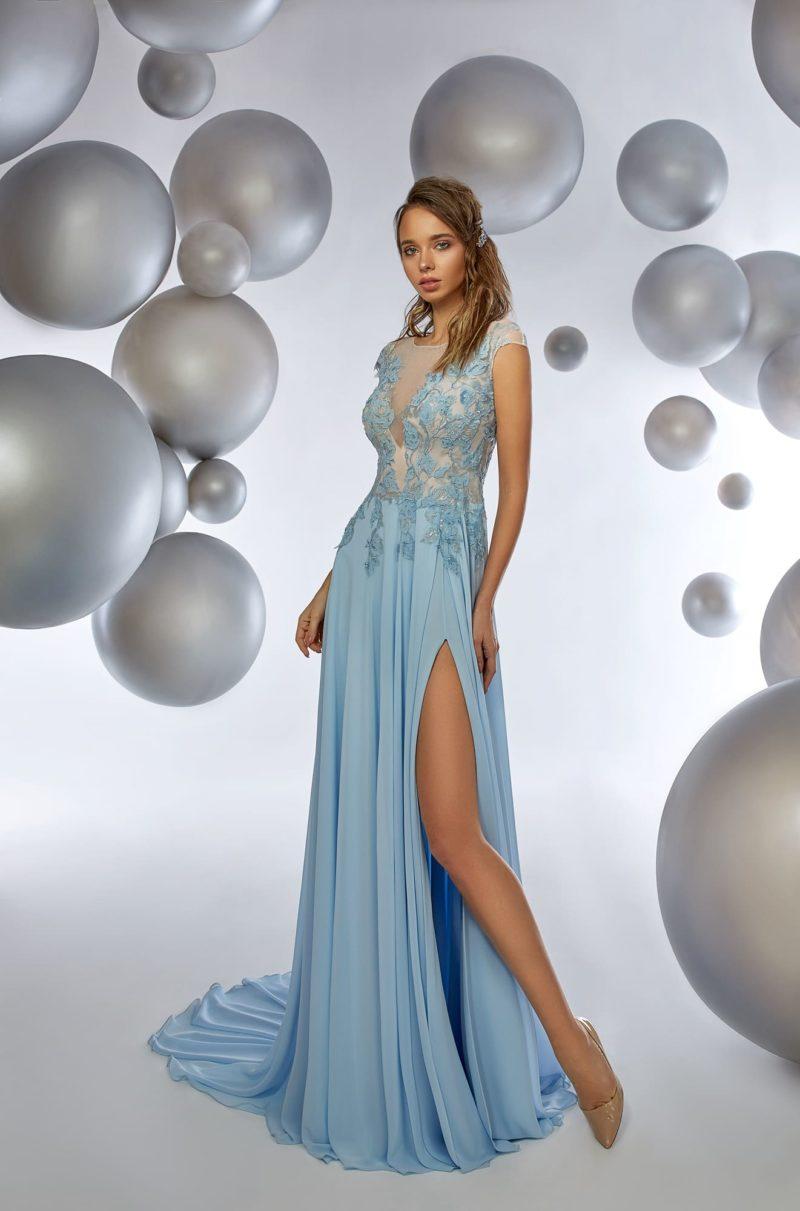 Бежево-голубое вечернее платье прямого кроя с разрезом сбоку по подолу.