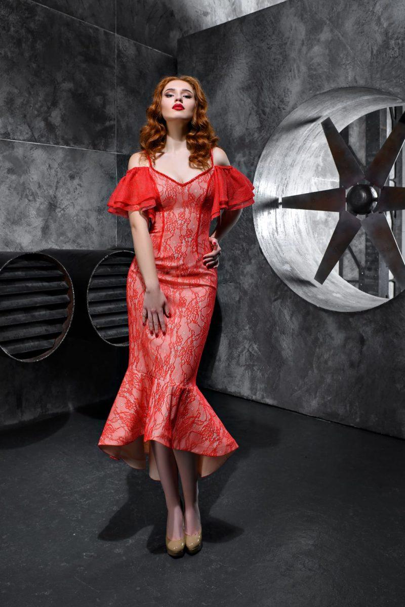 Облегающее вечернее платье с рукавами-воланами и укороченным подолом.