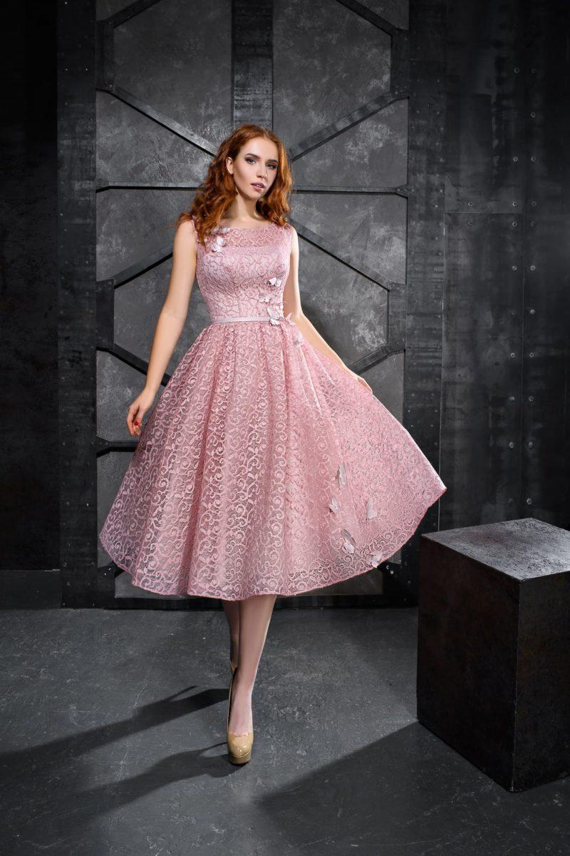 Розовое вечернее платье с объемной отделкой и юбкой до колена.