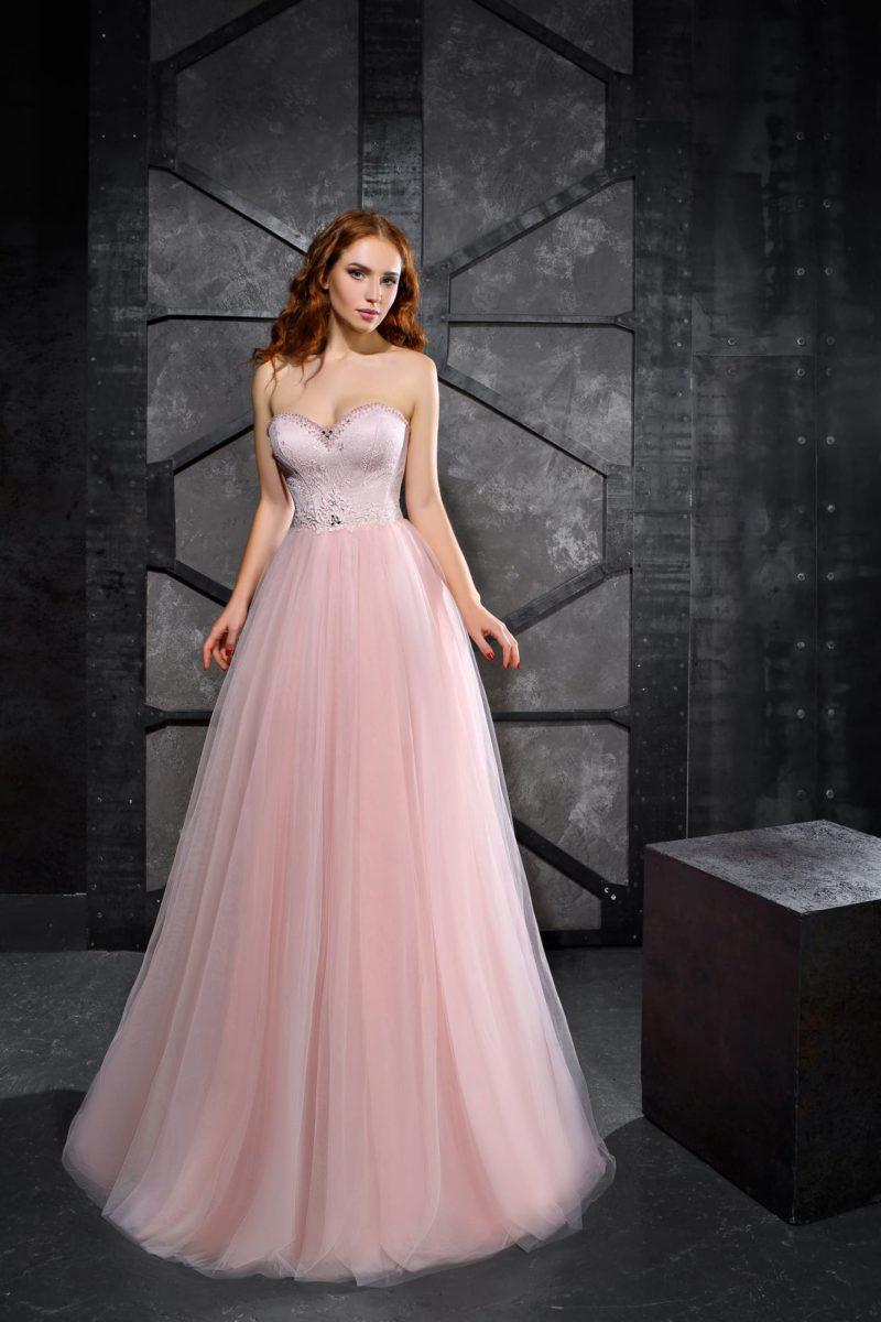 Пышное розовое вечернее платье с чувственным вырезом.