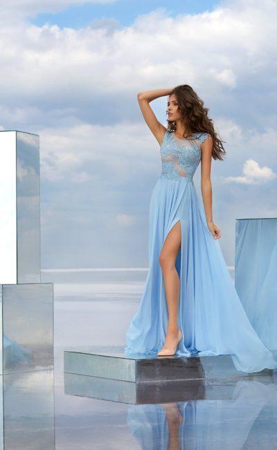 Голубое вечернее платье с тонким верхом и высоким разрезом на юбке.