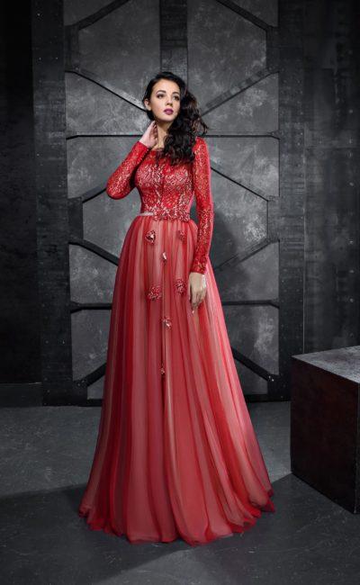 Красное вечернее платье с юбкой в пол и длинным кружевным рукавом.