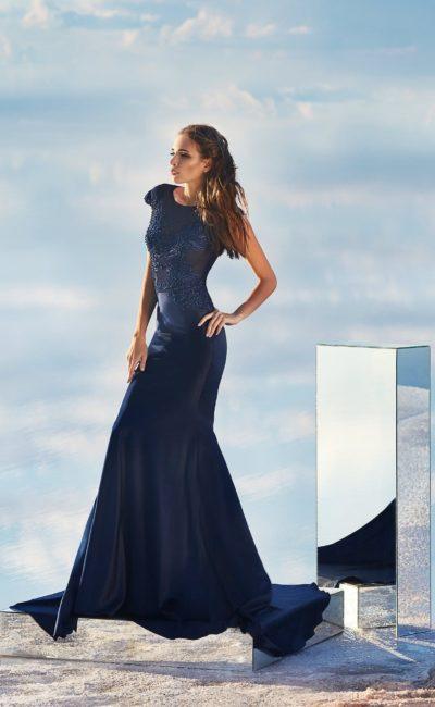 Темно-синее вечернее платье «русалка» с сияющей вышивкой по лифу.