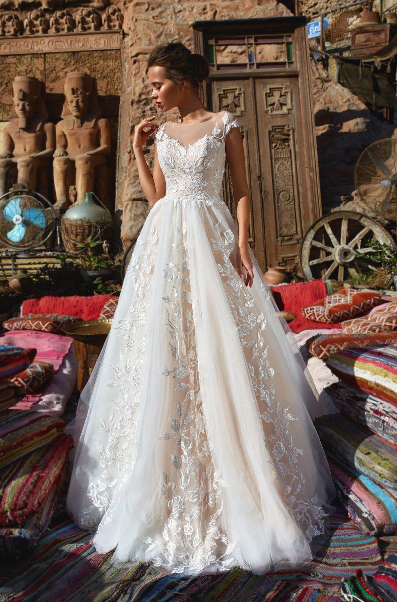 Свадебное платье с соблазнительным верхом и отделкой из аппликаций.