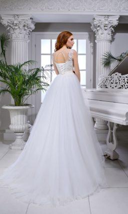 Чарующее свадебное платье с атласным поясом и кружевным декором.