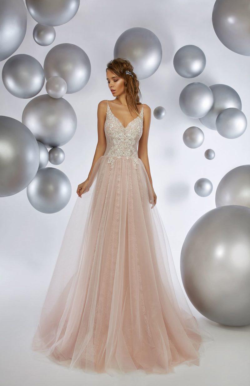Розовое вечернее платье с многослойной юбкой и открытым лифом на бретелях.