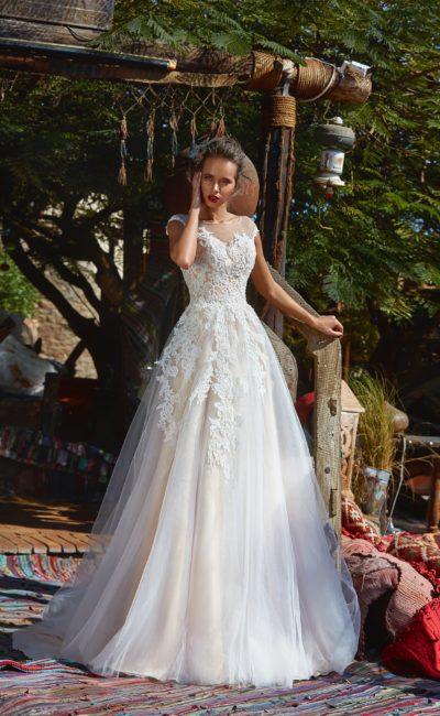 Свадебное платье с длинным шлейфом и золотистой подкладкой.