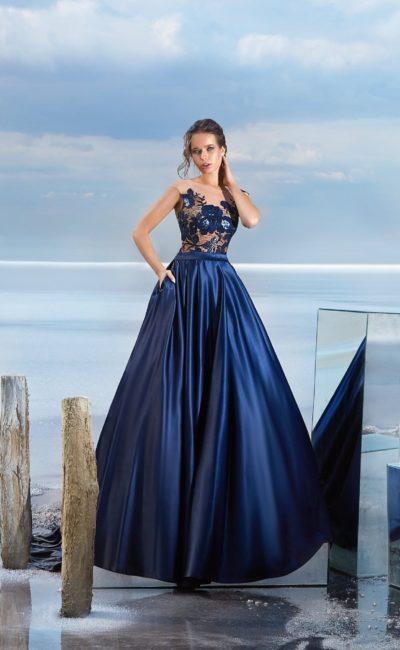 Темно-синее вечернее платье с юбкой в пол и крупными аппликациями по лифу.