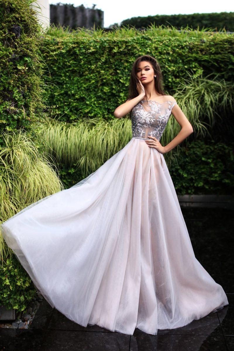 Дымчато-розовое вечернее платье с юбкой в пол и полупрозрачным лифом.