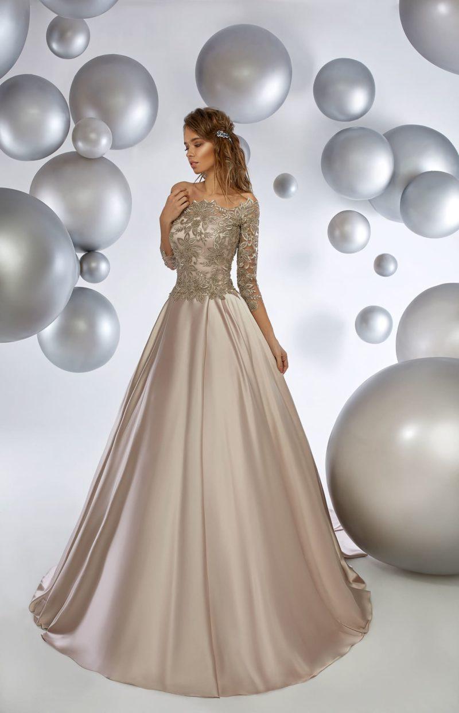 Глянцевое вечернее платье с пышной юбкой и кружевным декором лифа.