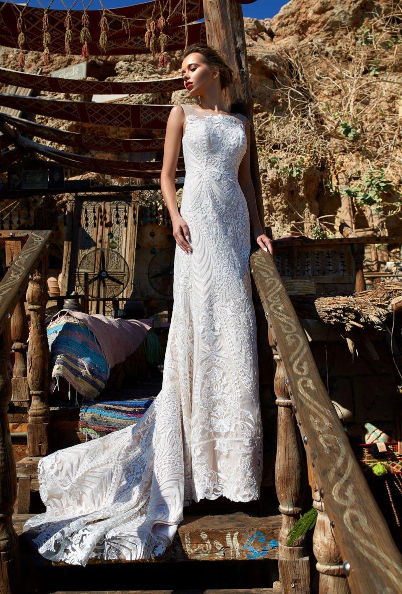 Прямое свадебное платье с закрытым лифом и роскошным шлейфом.