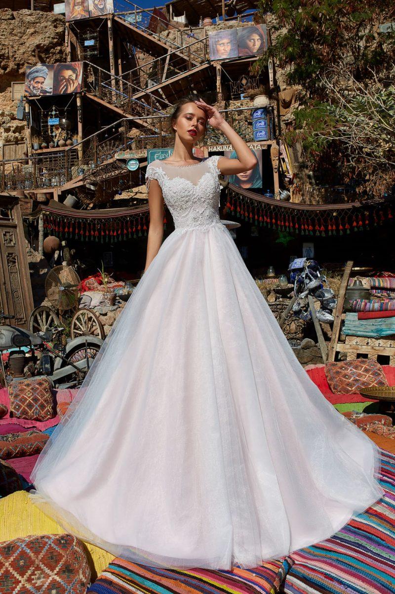 Торжественное свадебное платье с открытой спинкой и аппликациями.