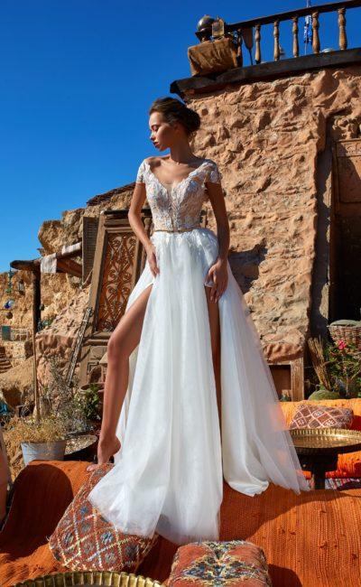Свадебное платье с многослойной юбкой и бежевым корсетом с кружевом.