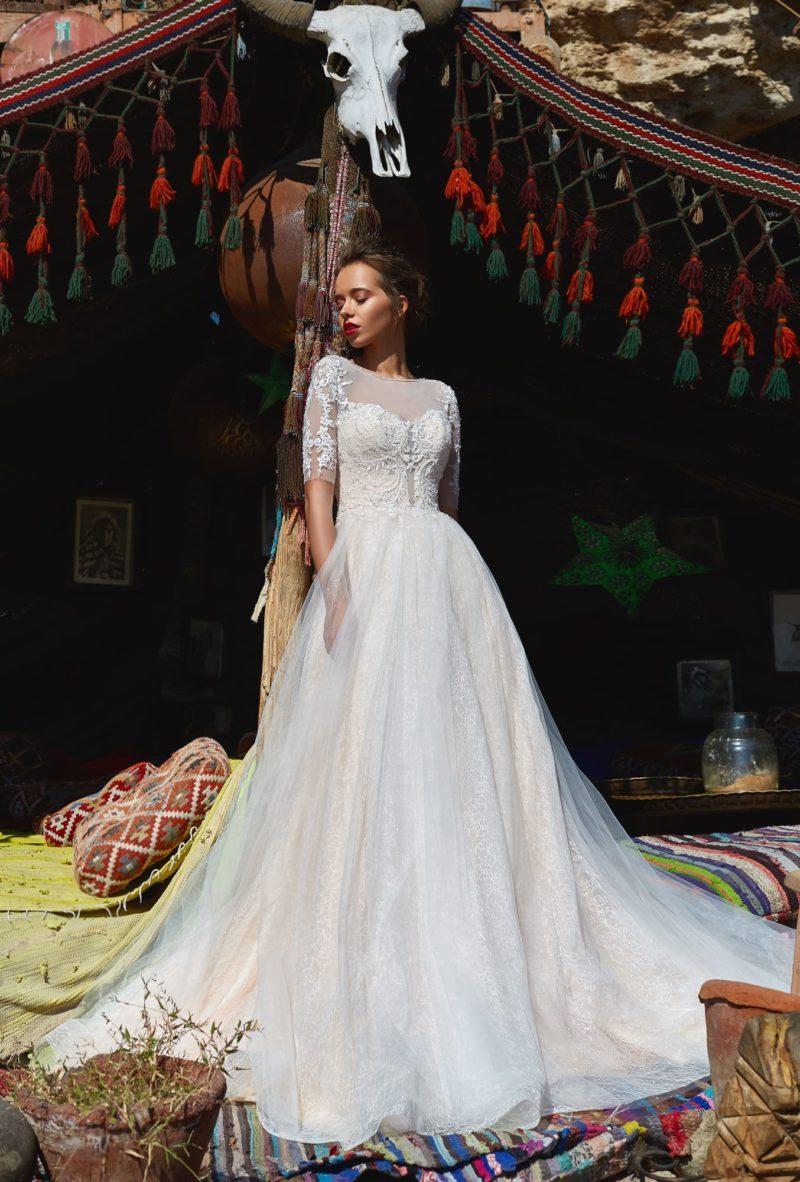 Женственное свадебное платье с облегающим рукавом и пышной юбкой.