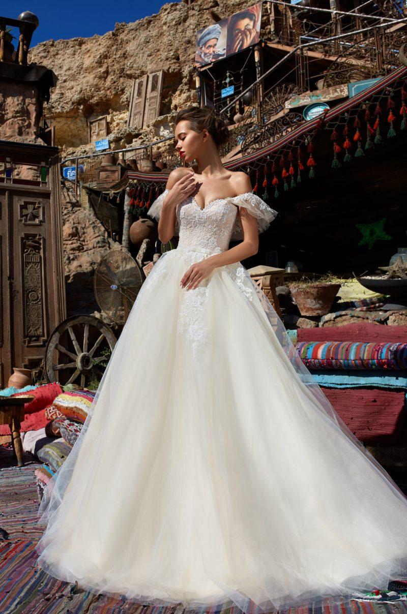 Пышное свадебное платье с открытым лифом с бретелями, спущенными с плеч.
