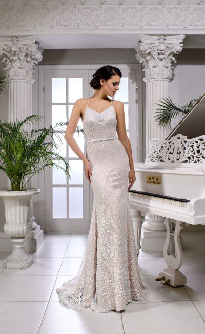 Свадебное платье облегающего кроя с кружевной отделкой по всей длине.
