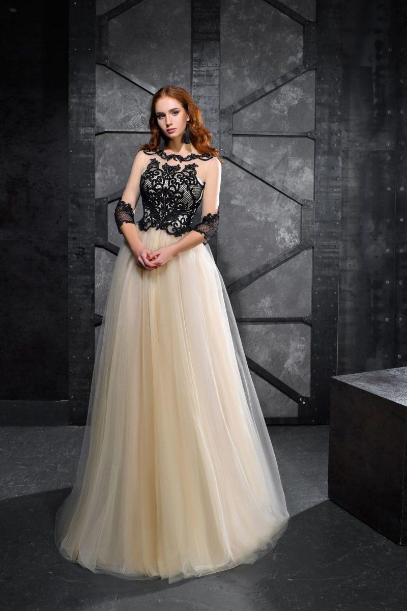 Золотистое вечернее платье с отделкой из черного кружева.